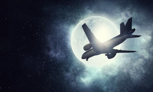 Flugzeug im Nachthimmel