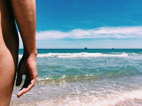 Nackter Mann an einem Strand