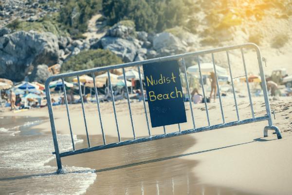 Auf dem FKK Strand kommen freizügige Dessous immer gut an