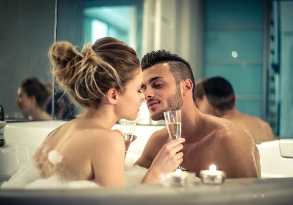 Ein gemeinsames Bad inklusive Massage