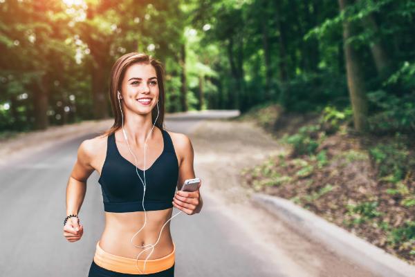 Maria liebt es lange und auspowernd zu joggen