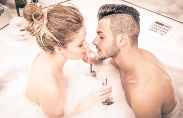 Miria und Manuel wollen Zärtlichkeiten in der Badewanne austauschen